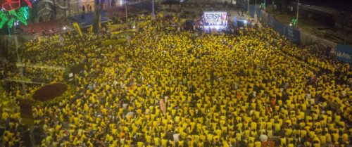 KUALA LUMPUR, MALAYSIA - AUGUST 30: Protestors listen to speeches during the Bersih 4.0 rally on August 30, 2015 in Kuala Lumpur, Malaysia. Prime Minister Najib Razak has become embroiled in a scandal involving state fund debts and allegations of deposits totaling 2.6 billion ringgit paid to his bank account. Razak has denied any wrongdoing. Thousands of people gathered to demand his resignation and a new general election. (Photo by Charles Pertwee/Getty Images) 出典:https://www.huffingtonpost.jp/2015/08/30/malaysia-protest_n_8062764.html